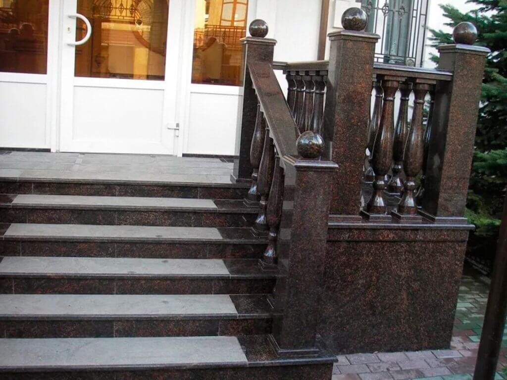 Лестницы с перилами из камня