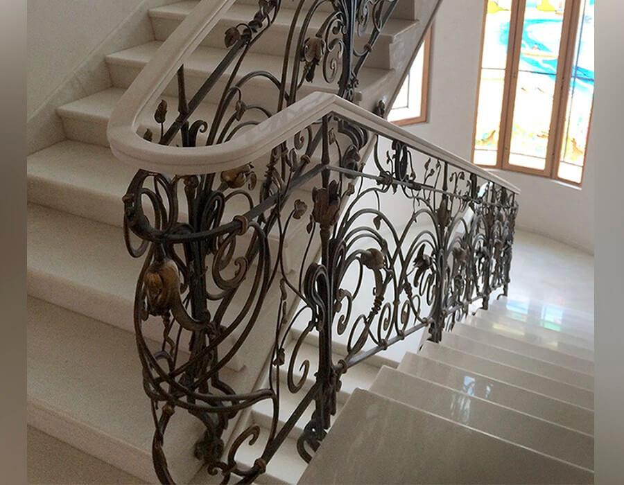 Лестницы с коваными перилами